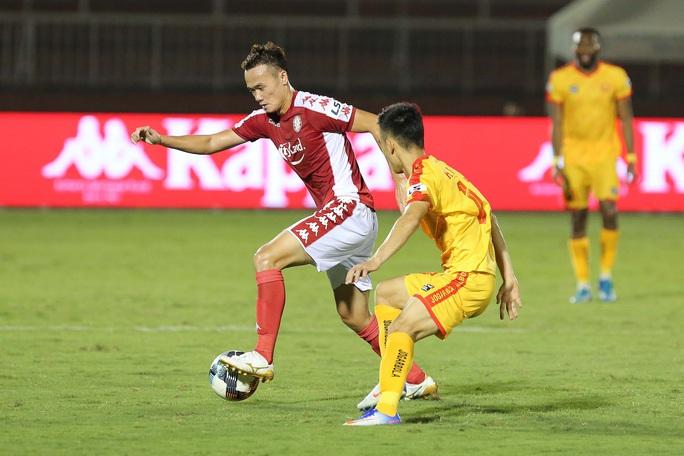 Siêu dự bị Xuân Nam ghi bàn, CLB TP HCM có ngôi đầu bảng - Ảnh 4.