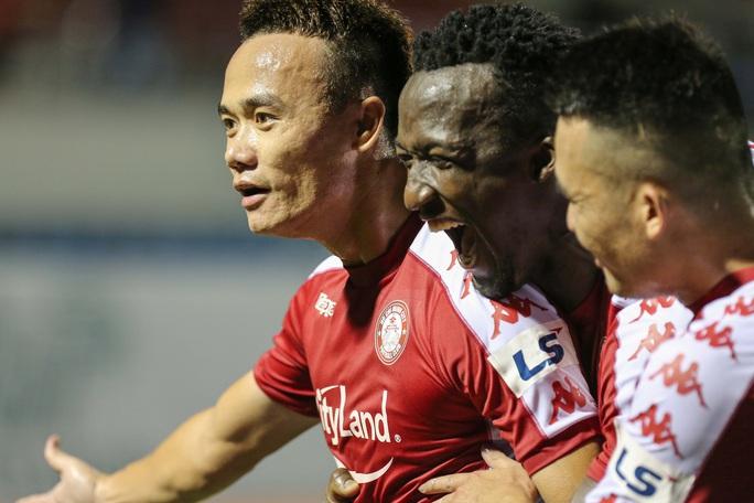 Siêu dự bị Xuân Nam ghi bàn, CLB TP HCM có ngôi đầu bảng - Ảnh 7.