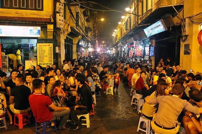 CLIP: Phố phường Hà Nội vắng người đến lạ lùng vì dịch Covid-19 - Ảnh 10.