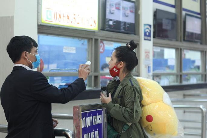 [CLIP] Đeo khẩu trang nơi công cộng: Người Việt nghiêm túc, người nước ngoài lác đác - Ảnh 13.