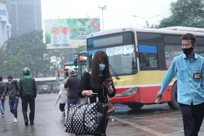 [CLIP] Đeo khẩu trang nơi công cộng: Người Việt nghiêm túc, người nước ngoài lác đác - Ảnh 10.