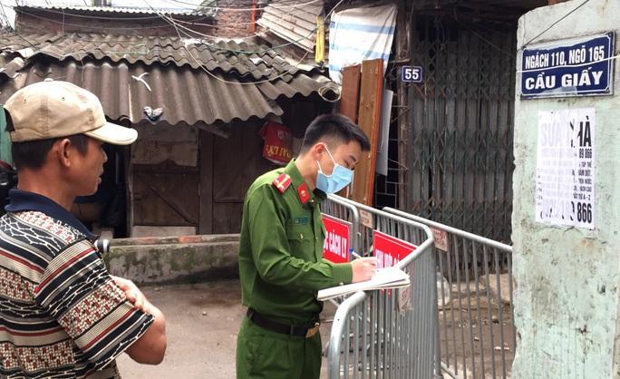 Chủ tịch Hà Nội yêu cầu người trở về từ châu Âu cách ly, hạn chế tối đa tiếp xúc người thân trong nhà - Ảnh 2.