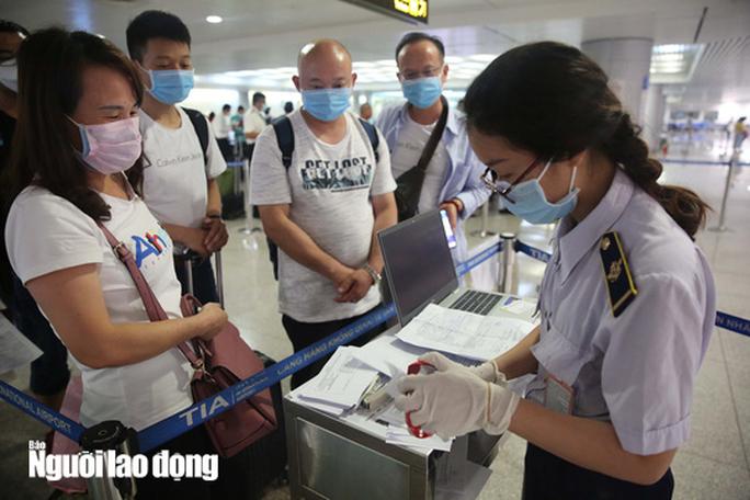 Bộ Y tế thông báo khẩn tới hành khách đi trên 8 chuyến bay có ca mắc Covid-19 - Ảnh 1.