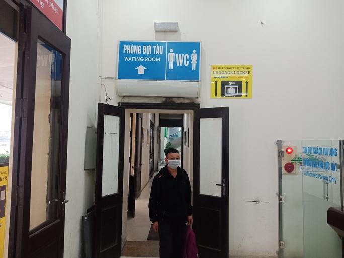 [CLIP] Đeo khẩu trang nơi công cộng: Người Việt nghiêm túc, người nước ngoài lác đác - Ảnh 18.