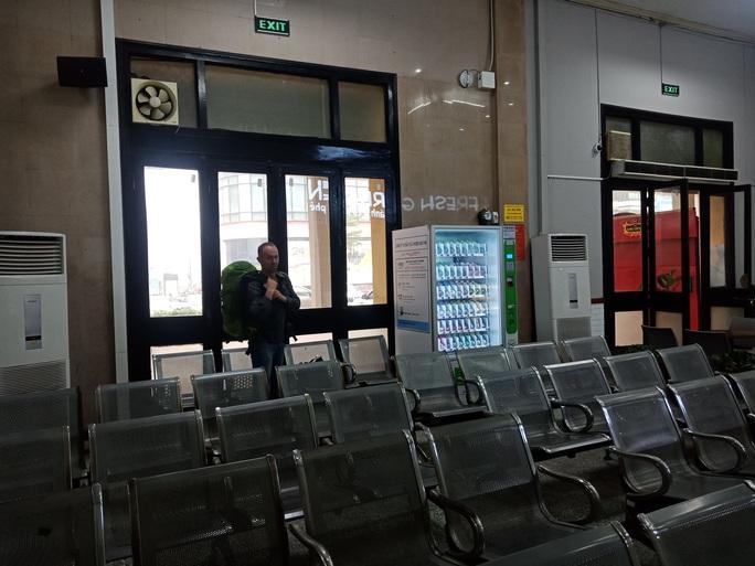 [CLIP] Đeo khẩu trang nơi công cộng: Người Việt nghiêm túc, người nước ngoài lác đác - Ảnh 22.
