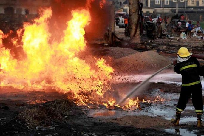 Nổ khí gas, cả khu phố tan hoang - Ảnh 2.