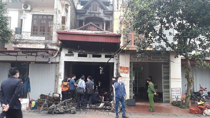 Vụ cháy nhà 3 người chết ở Hưng Yên: Nghi phạm đổ xăng đốt nhà em gái bị bắt - Ảnh 1.