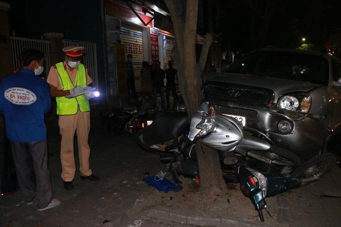 Ôtô lao lên vỉa hè đè bẹp 3 xe máy, tài xế bỏ trốn - Ảnh 1.