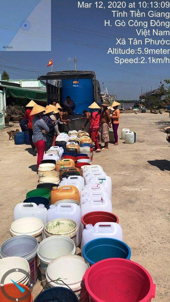Biệt đội chở nước ngọt về cấp miễn phí cho dân vùng hạn mặn - Ảnh 1.
