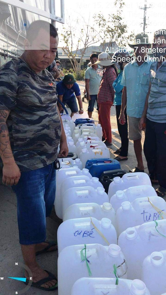 Biệt đội chở nước ngọt về cấp miễn phí cho dân vùng hạn mặn - Ảnh 3.