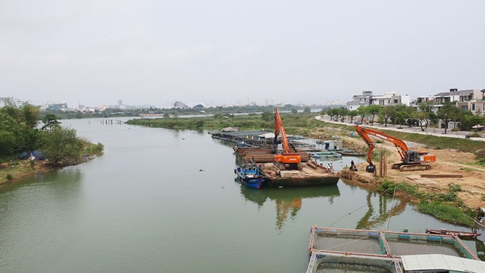 Xây 2 đập tạm ngăn mặn trên sông Cẩm Lệ - Ảnh 1.