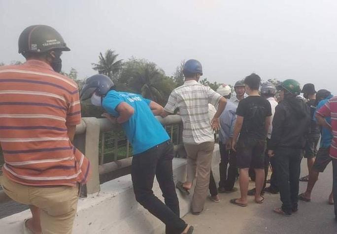 Quảng Nam: Thanh niên bỏ xe trên cầu đi nhậu, báo hại mọi người lặn tìm - Ảnh 2.