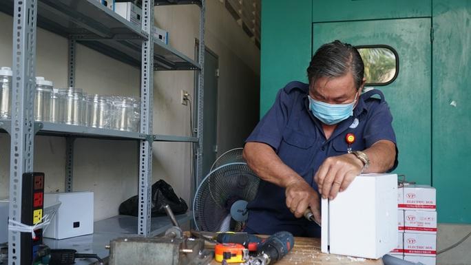 Bệnh viện Thống Nhất chế máy rửa tay tự động độc đáo chống Covid-19 - Ảnh 2.