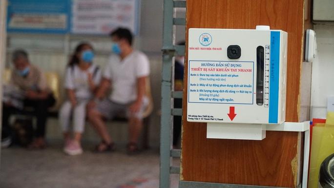 Bệnh viện Thống Nhất chế máy rửa tay tự động độc đáo chống Covid-19 - Ảnh 1.