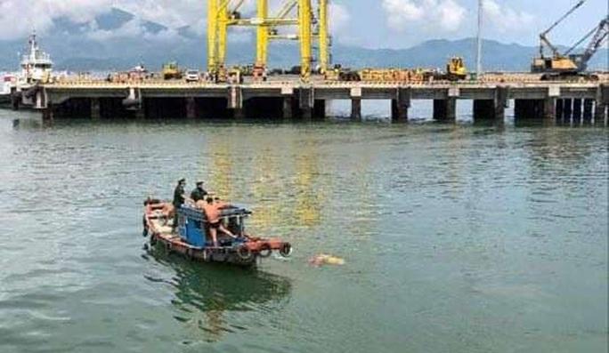 Một thi thể mặc đồ hành lễ trôi dạt tại cảng Đà Nẵng - Ảnh 2.