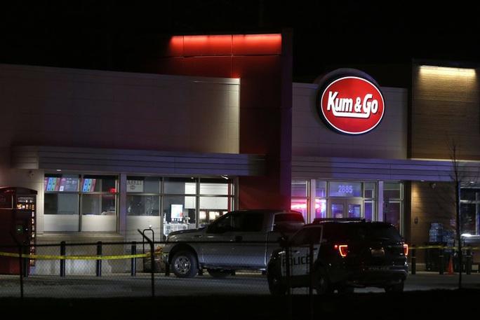 Xả súng tại cửa hàng tiện lợi, 5 người thiệt mạng - Ảnh 1.