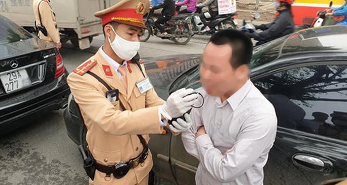 Tông vào sau ôtô, nam tài xế vi phạm nồng độ cồn cao nhất ở Hà Nội từ khi có Nghị định 100 - Ảnh 2.