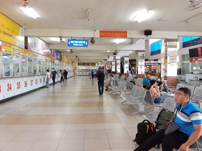Đeo khẩu trang tại bến xe, sân bay ở TP HCM: Người có, người không! - Ảnh 2.