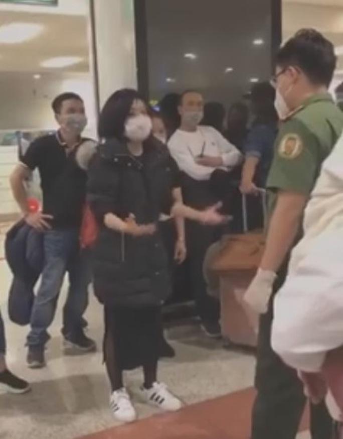 Người phụ nữ từ nước ngoài về lớn tiếng tại sân bay Nội Bài đòi tự cách ly - Ảnh 1.