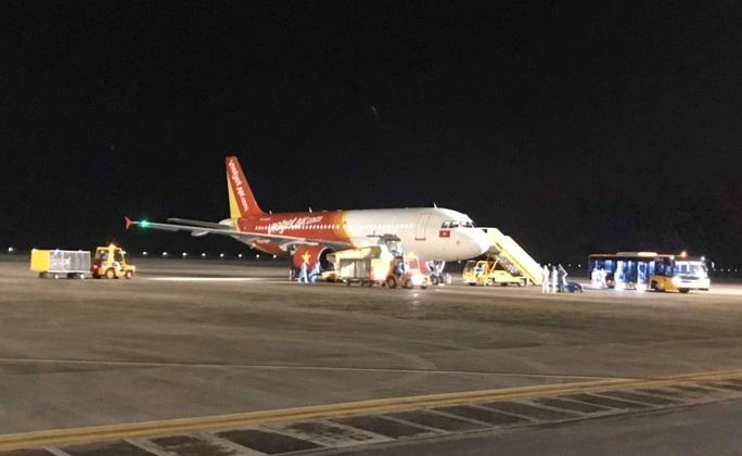Cận cảnh sân bay Vân Đồn đón thêm người Việt trở về từ vùng dịch - Ảnh 2.
