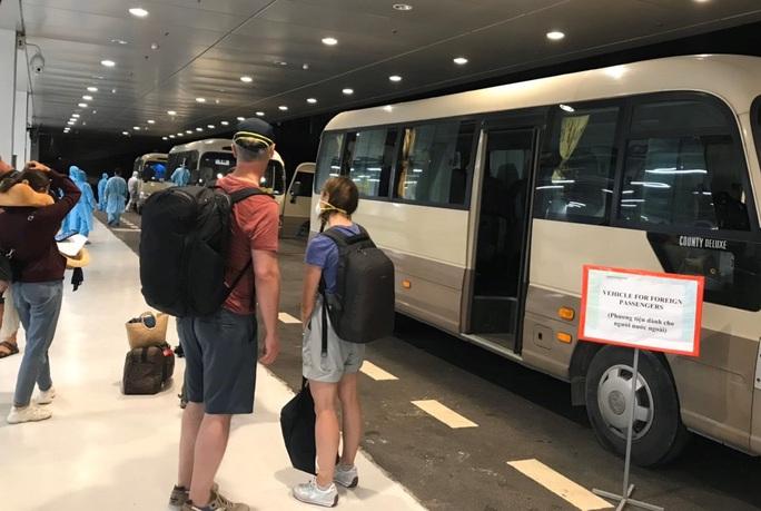Cận cảnh sân bay Vân Đồn đón thêm người Việt trở về từ vùng dịch - Ảnh 5.