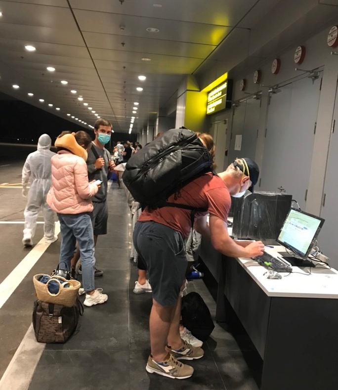 Cận cảnh sân bay Vân Đồn đón thêm người Việt trở về từ vùng dịch - Ảnh 4.