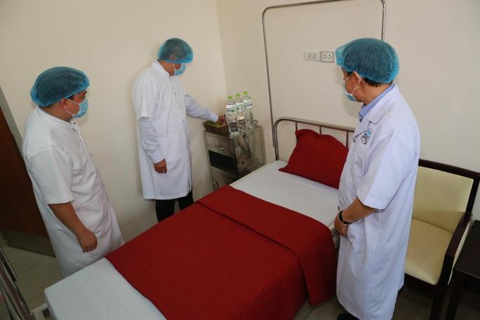 Thứ trưởng Bộ Y tế Nguyễn Trường Sơn gọi điện cho nữ du khách Anh nhiễm Covid-19  - Ảnh 3.