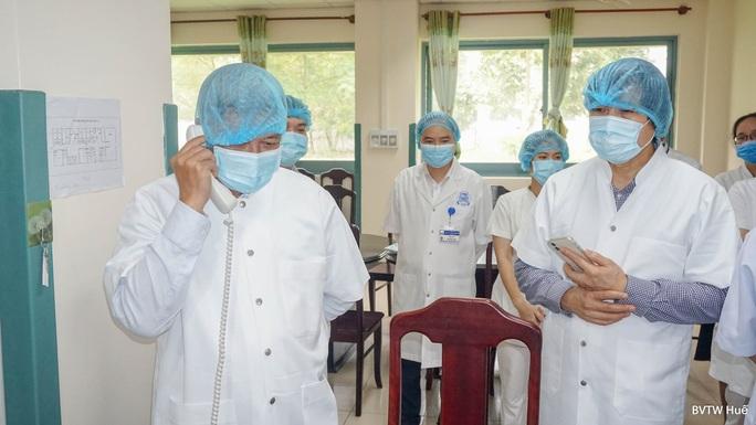 Thứ trưởng Bộ Y tế Nguyễn Trường Sơn gọi điện cho nữ du khách Anh nhiễm Covid-19  - Ảnh 1.