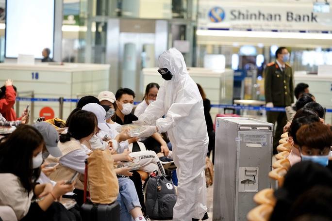 Người phụ nữ từ nước ngoài về lớn tiếng tại sân bay Nội Bài đòi tự cách ly - Ảnh 2.