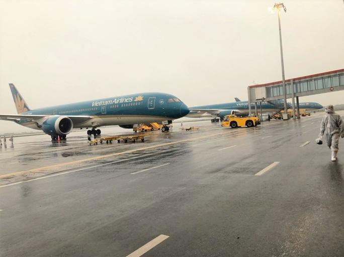 CLIP: Bên trong những chuyến bay về từ tâm dịch châu Âu - Ảnh 2.