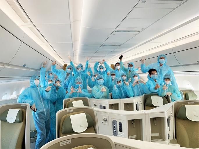 CLIP: Bên trong những chuyến bay về từ tâm dịch châu Âu - Ảnh 12.