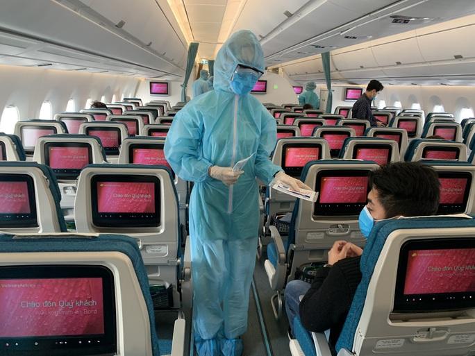 CLIP: Bên trong những chuyến bay về từ tâm dịch châu Âu - Ảnh 9.