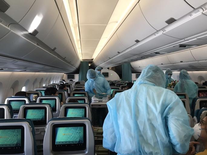 CLIP: Bên trong những chuyến bay về từ tâm dịch châu Âu - Ảnh 10.