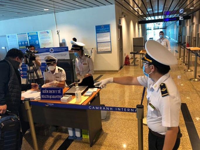 Tạm dừng cấp thị thực cho người nước ngoài trong 30 ngày - Ảnh 1.