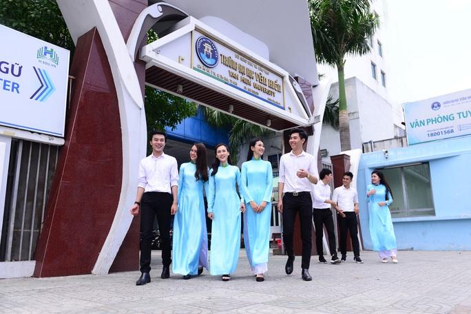 Trường ĐH Văn Hiến cho sinh viên mượn máy tính để học Online - Ảnh 1.