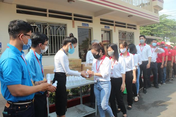 Giúp công nhân chống dịch bệnh Covid-19 - Ảnh 1.