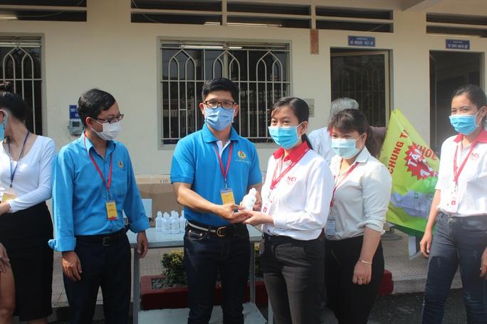 Giúp công nhân chống dịch bệnh Covid-19 - Ảnh 2.