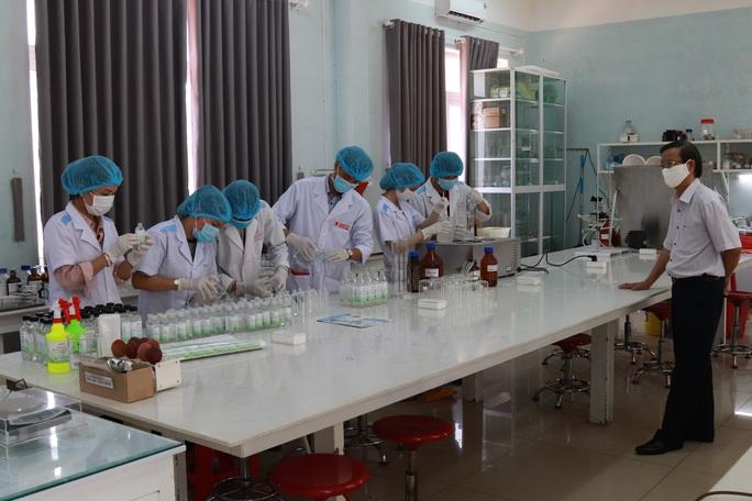 Sinh viên sản xuất hàng ngàn lít nước rửa tay phát miễn phí cho cộng đồng - Ảnh 1.