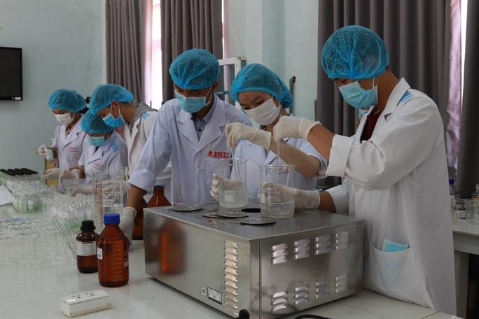 Sinh viên sản xuất hàng ngàn lít nước rửa tay phát miễn phí cho cộng đồng - Ảnh 3.