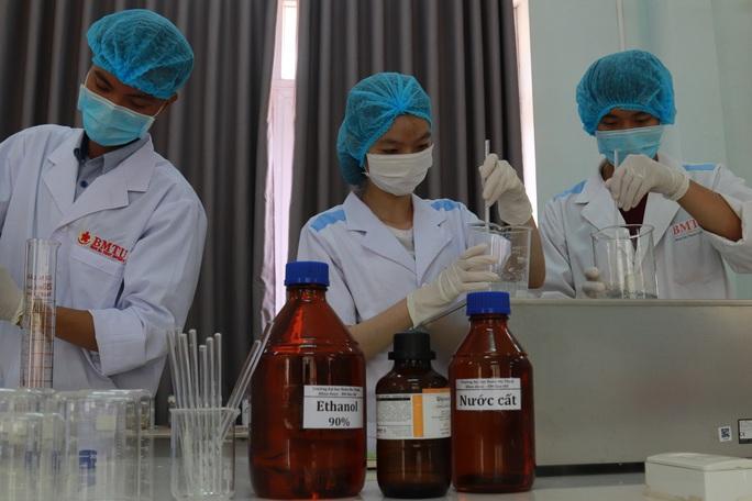 Sinh viên sản xuất hàng ngàn lít nước rửa tay phát miễn phí cho cộng đồng - Ảnh 2.