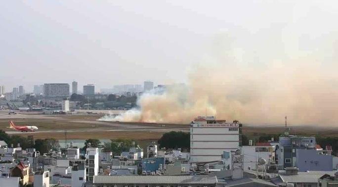 Máy bay nổ lốp ở Tân Sơn Nhất, cột khói bốc cao - Ảnh 1.