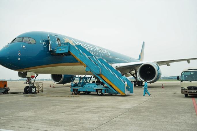 CLIP: Xem cảnh khử trùng toàn bộ máy bay để phòng chống dịch Covid-19 - Ảnh 13.