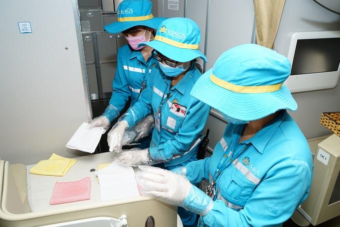 CLIP: Xem cảnh khử trùng toàn bộ máy bay để phòng chống dịch Covid-19 - Ảnh 3.