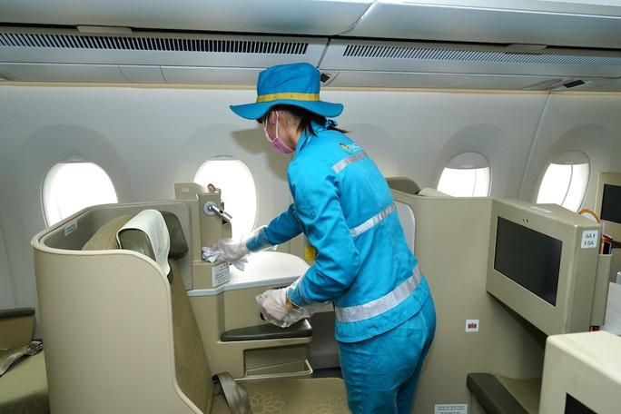 CLIP: Xem cảnh khử trùng toàn bộ máy bay để phòng chống dịch Covid-19 - Ảnh 5.