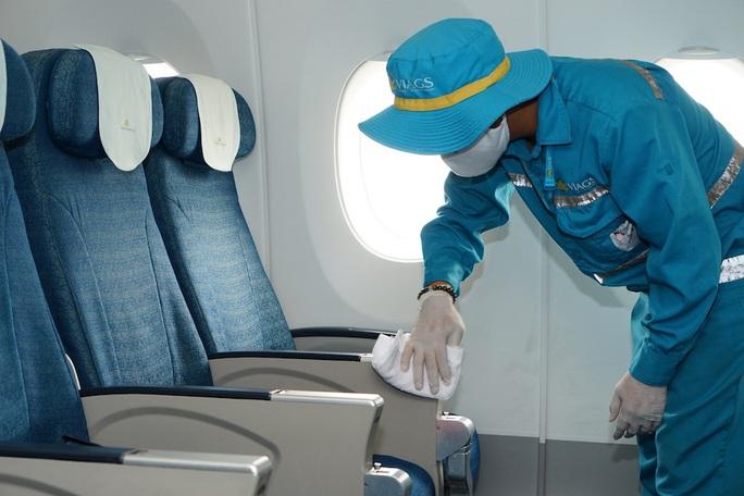 CLIP: Xem cảnh khử trùng toàn bộ máy bay để phòng chống dịch Covid-19 - Ảnh 6.