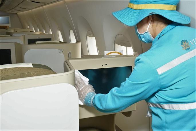 CLIP: Xem cảnh khử trùng toàn bộ máy bay để phòng chống dịch Covid-19 - Ảnh 7.