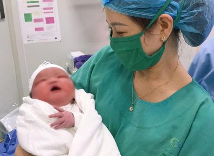 Bác sĩ bất ngờ đón bé sơ sinh nặng 6,1 kg chào đời - Ảnh 2.