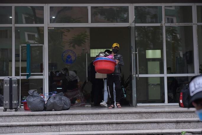 CLIP: Sinh viên nhường chỗ ở làm khu cách ly tập trung cho 4.800 người về từ vùng dịch - Ảnh 9.