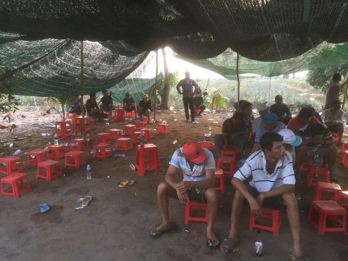 Cảnh sát Tiền Giang nổ súng phá trường gà, bắt giữ 54 người - Ảnh 1.