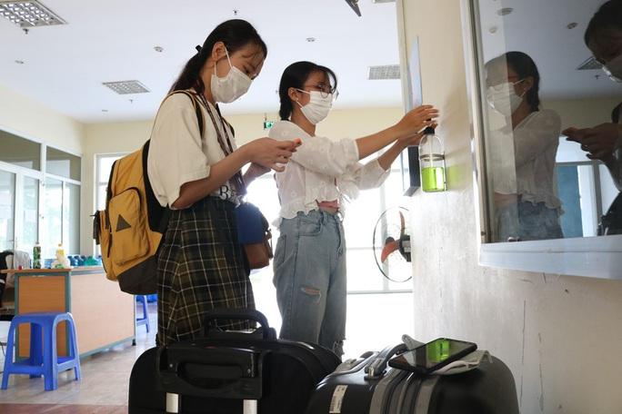 Sinh viên rời Ký túc xá ĐH Quốc gia TP HCM, nhường chỗ cách ly Covid-19 - Ảnh 1.